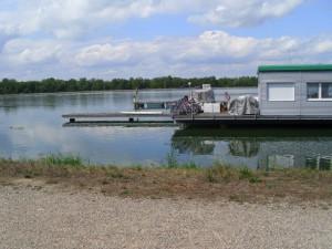 Hausboot-am-Rhein1