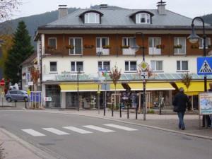 DSCI0290-Der-Ort-Tittisee-Apotheke-kl